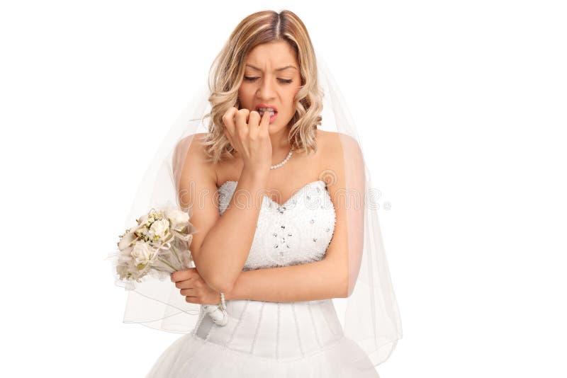 Nervöse Braut, die ihre Fingernägel beißt lizenzfreie stockbilder