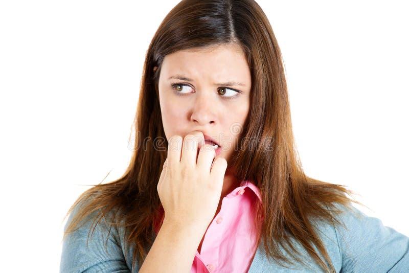 Nervöse Frau, die ihre Nägel sehnend für etwas oder besorgt beißt lizenzfreie stockfotos