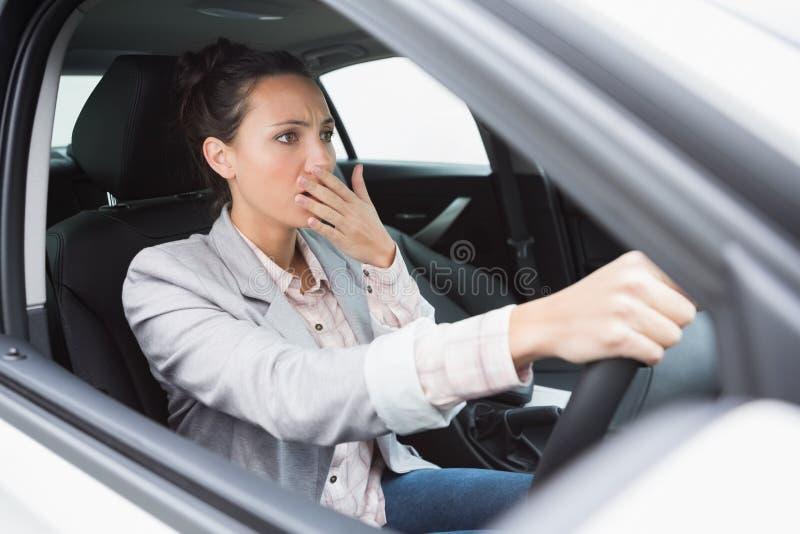 Nervöse Geschäftsfrau, die ihr Auto zerschmettert lizenzfreie stockfotografie