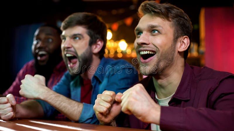 Nervöse Kastenfans, die Lieblingssport auf Großleinwand in der Stange, Turnier aufpassen stockfotografie