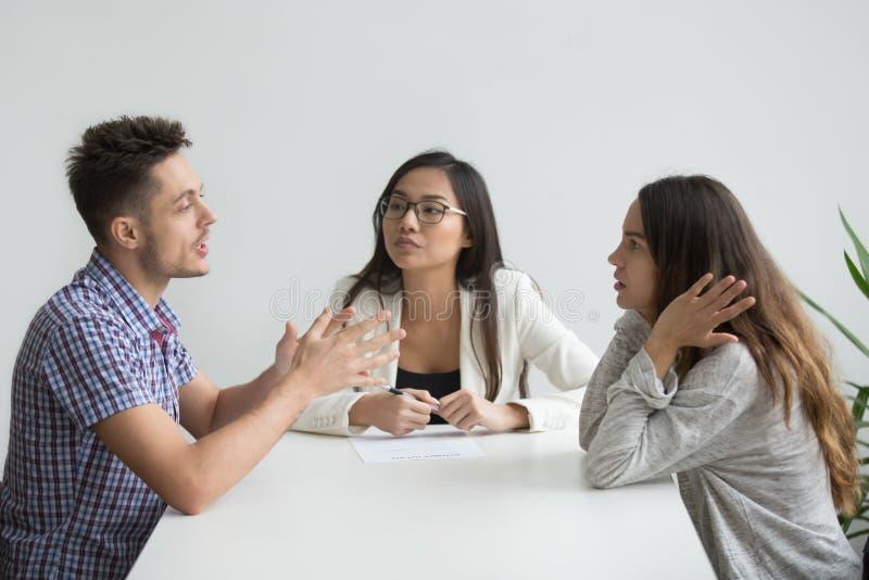 Nervöse Paare, die im Psychologebüro argumentieren lizenzfreies stockfoto