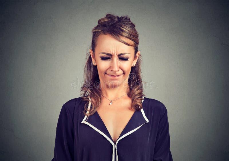 Nervöse schauende Frau böse gemachte und gestörte Schielaugen in der Frustration stockbilder