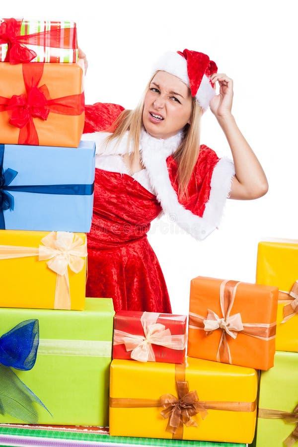 Nervöse Weihnachtsfrau mit Geschenken stockbilder