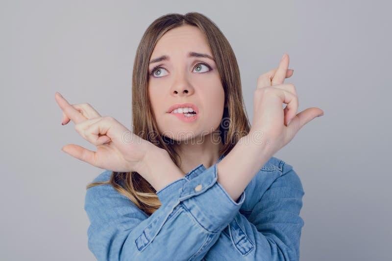 Nervöses deprimiertes Geschäft des Gesichtes bitten bitten Geschäftsfrau das zufällige Vertrauen mit zwei Prüfungen Bildungs-Karr stockfotografie