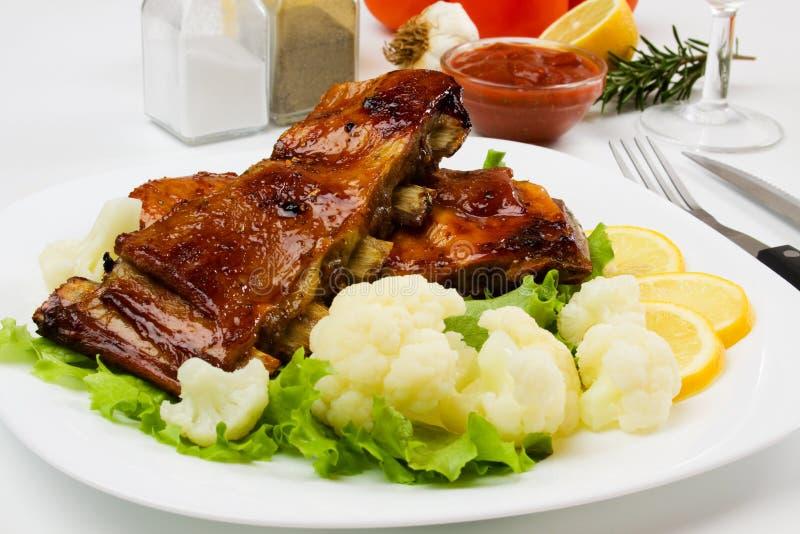 Nervature arrostite col barbecue con il cavolfiore e la lattuga immagine stock
