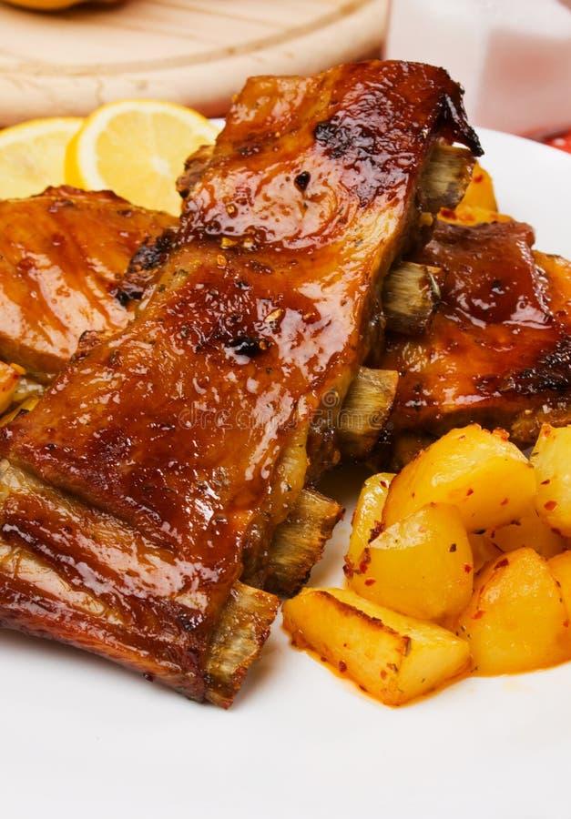 Nervature arrostite col barbecue con la patata cotta immagini stock libere da diritti