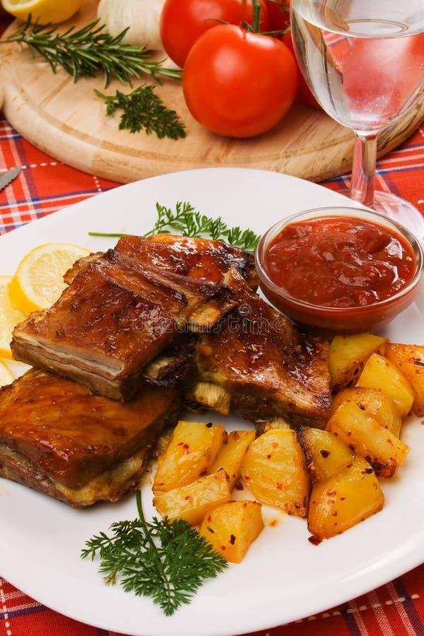 Nervature arrostite col barbecue con la patata cotta fotografia stock libera da diritti