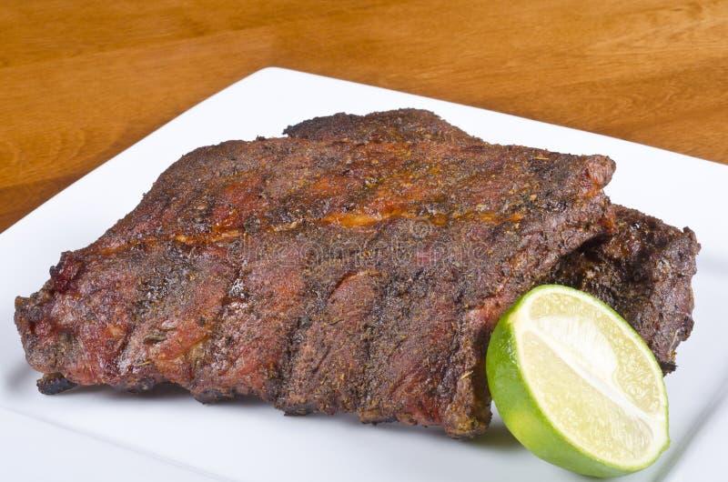 Nervature arrostite col barbecue della parte posteriore del porco immagini stock