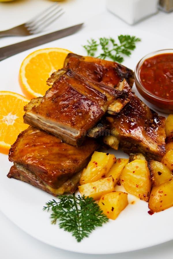 Nervature di porco arrostite col barbecue fotografia stock