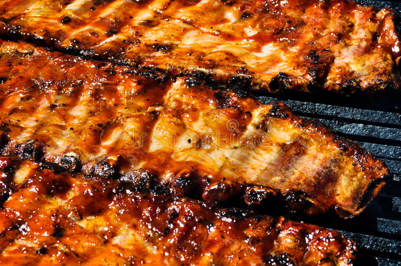 Nervature di porco del BBQ sulla griglia immagine stock libera da diritti