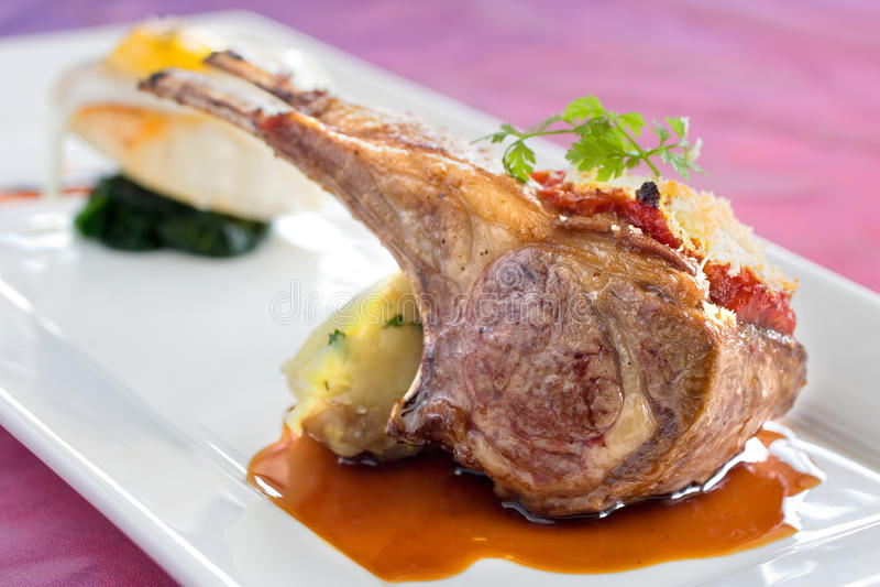 Nervature Seared ed arrostite dell'agnello con la patata cotta immagini stock libere da diritti