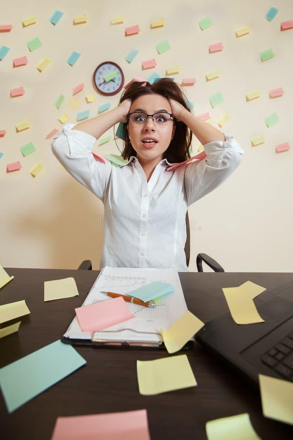 Nervios femeninos jovenes del contable en un límite imagen de archivo libre de regalías