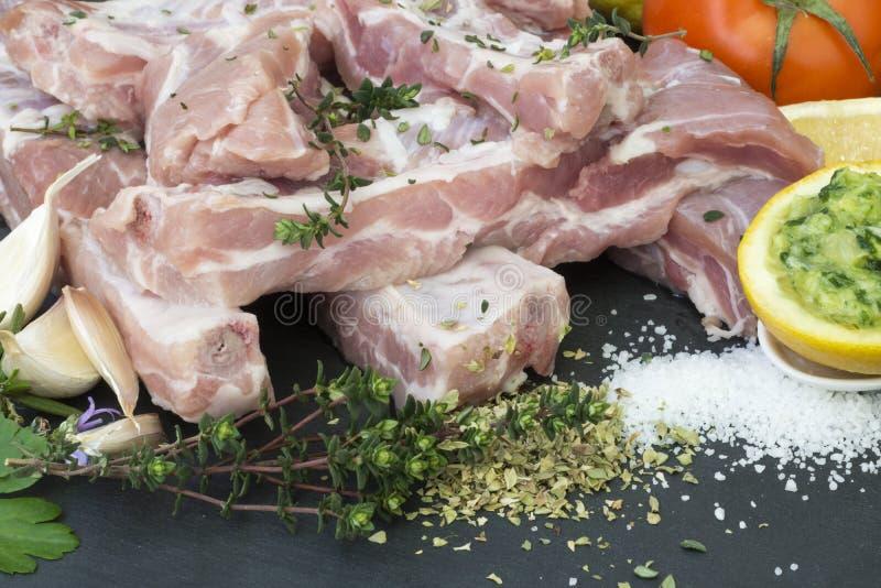 Nervure de porc fraîche avec les ingrédients photos libres de droits