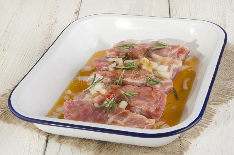 Nervures avec la marinade dans une cuvette images stock