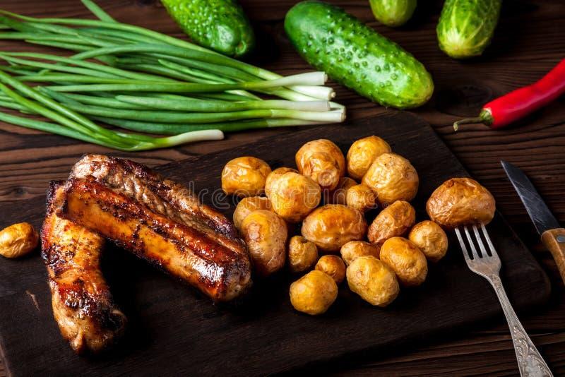 Nervures de porc avec des pommes de terre photos stock