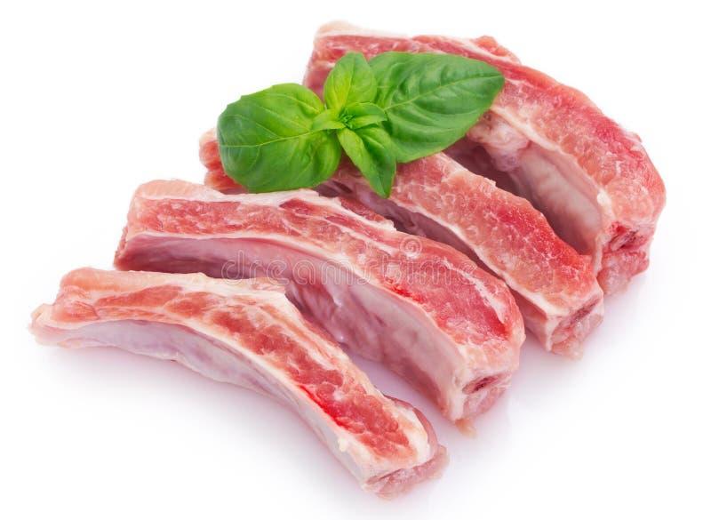 Nervures de porc crues sur le fond blanc Viande fra?che photos stock