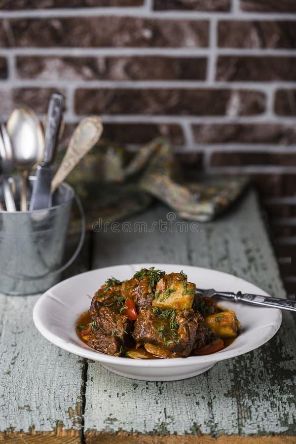 Nervures de viande avec la sauce tomate photographie stock
