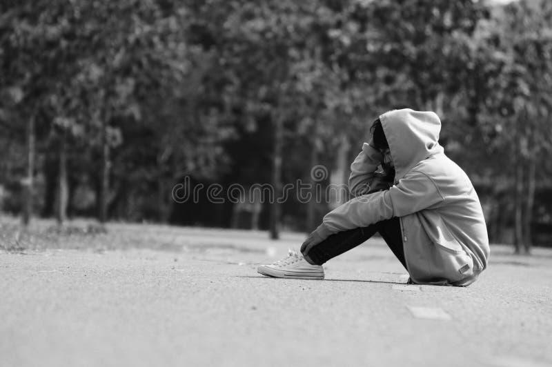 Nerwowy i Osamotniony dziewczyny obsiadanie na drodze fotografia stock