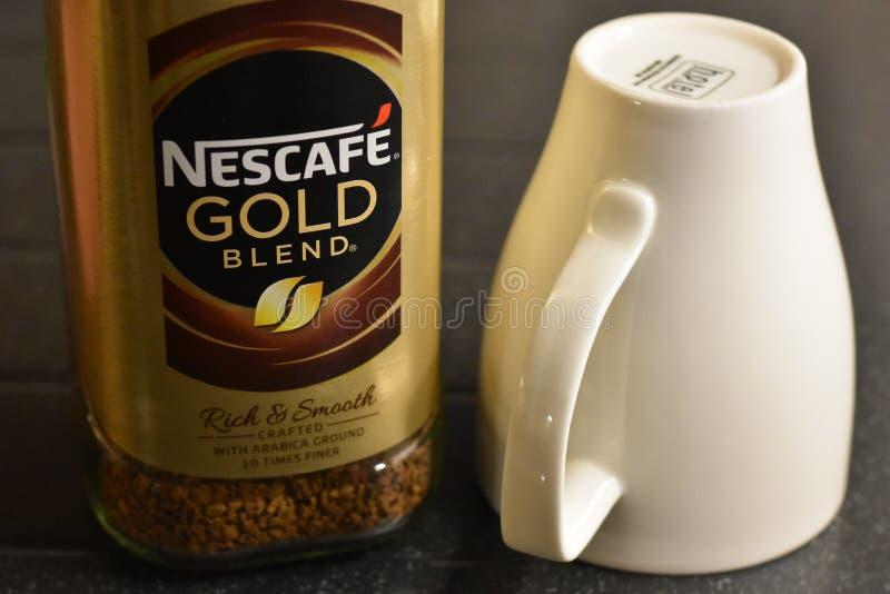 Nescafe Złocistej mieszanki natychmiastowa kawa i filiżanka zdjęcie royalty free