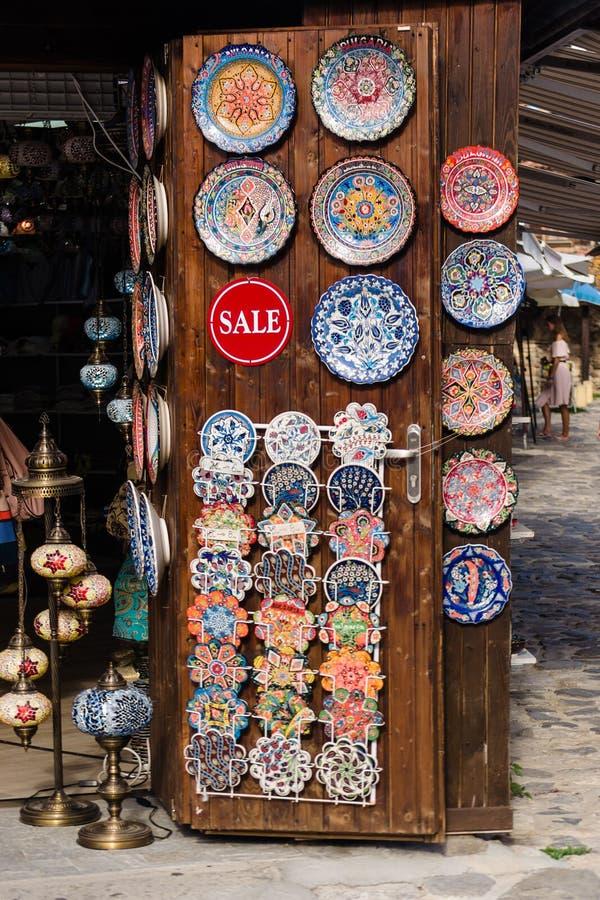 Nesebar, Bulgarije-08 15 2018: Traditionele Bulgaarse ceramische platen en schotels op muur in de straatmarkt De kleurrijke Model stock foto