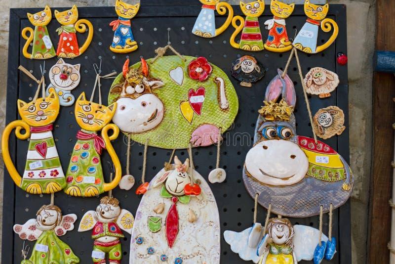 Neseebar,保加利亚2017年7月:陶瓷小雕象纪念品垂悬在商店的墙壁上的待售 库存图片