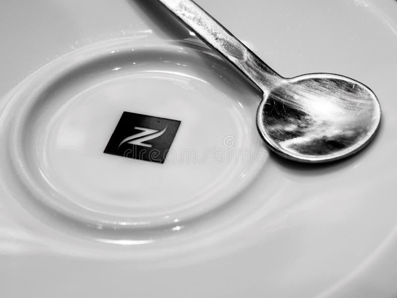 Nespresso platta med den svartvita silverskeden royaltyfri bild