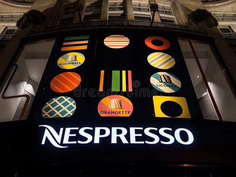Nespressoembleem op hun hoofdwinkel voor München bij nacht tijdens sneeuwstorm stock foto