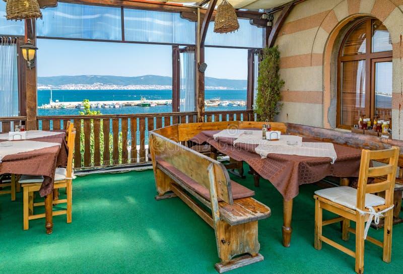 Nessebar, Болгария - 7-ое сентября 2018: Ресторан Hemingway в Nessebar, одном из главных морских курортов на болгарском Чёрном мо стоковые фотографии rf