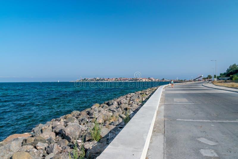 Nessebar, Болгария - 2-ое сентября 2018: Улица водя к древнему городу Nesebar, один из главных морских курортов на болгарине стоковые изображения
