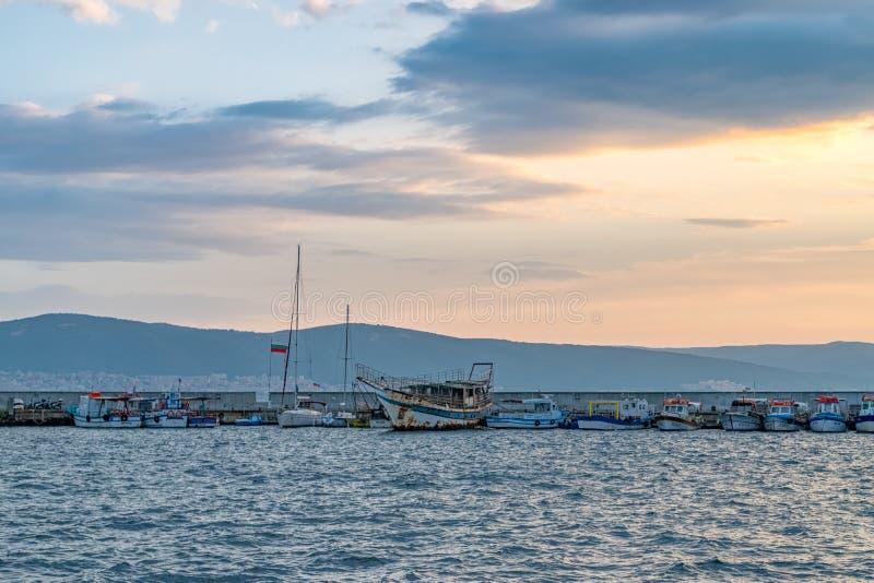 Nessebar, Bulgária - 6 de setembro de 2018: Barcos no porto em Nessebar, uma das estâncias balneares principais na costa búlgara  imagens de stock royalty free