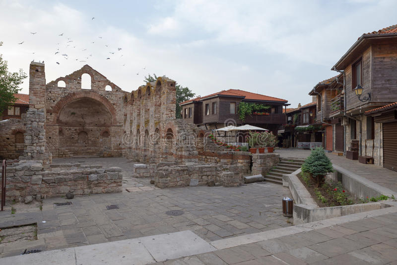 NESSEBAR, BULGARIA, JUNY 20, 2016: las ruinas de la ciudad vieja de Nessebar de los edificios antiguos fotos de archivo