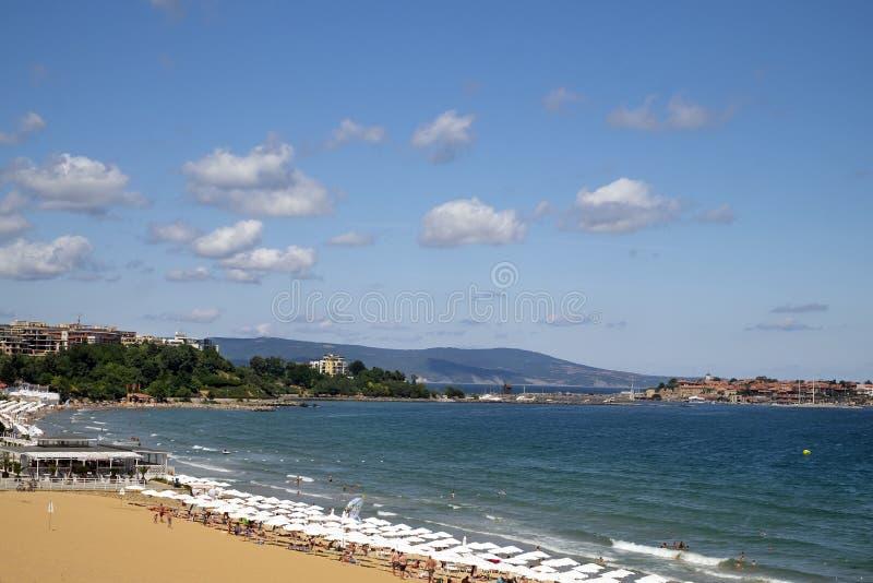 25 06 Nessebar 2018 Bulgaria La costa del centro turístico está situada en la orilla soleada del Mar Negro, fotografía de archivo libre de regalías