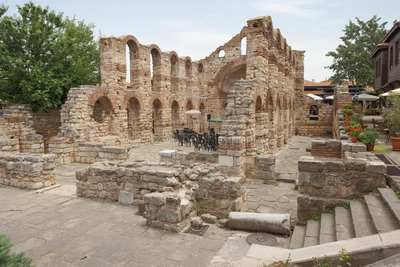 NESSEBAR BULGARIEN, JUNY 18, 2016: fördärvar av Nessebar för forntida byggnader den gamla staden arkivfoton