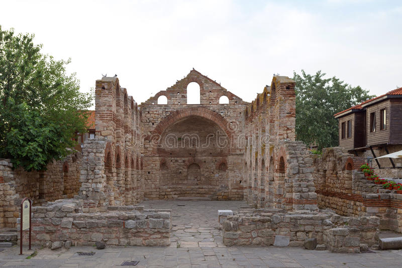 NESSEBAR BULGARIEN, JUNY 20, 2016: fördärvar av Nessebar för forntida byggnader den gamla staden fotografering för bildbyråer