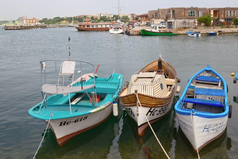 NESSEBAR BULGARIEN, JUNY 18, 2016: Gå till och med gatorna av den forntida staden av Nessebar hemtrevlig port med små fiskebåtar arkivbild
