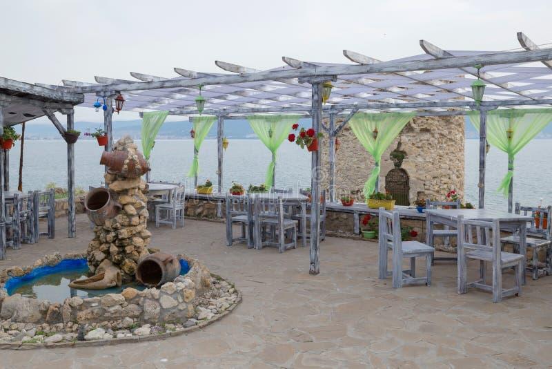 NESSEBAR, BULGARIEN, JUNY 20, 2016: gemütliche Cafés auf Stadt der ruhigen Straßen von Nessebar stockfotos
