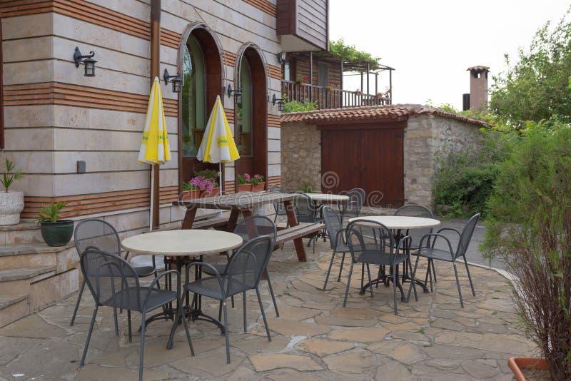 NESSEBAR BULGARIEN, JUNY 20, 2016: hemtrevliga kaféer på stad för tysta gator av Nessebar arkivbild