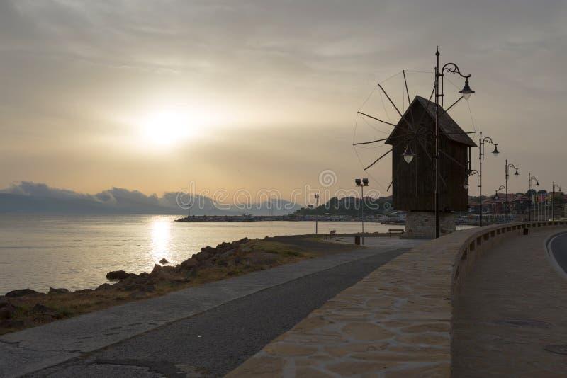 NESSEBAR BULGARIEN, JUNY 20, 2016: stad av Nessebar gammal windmill arkivfoto