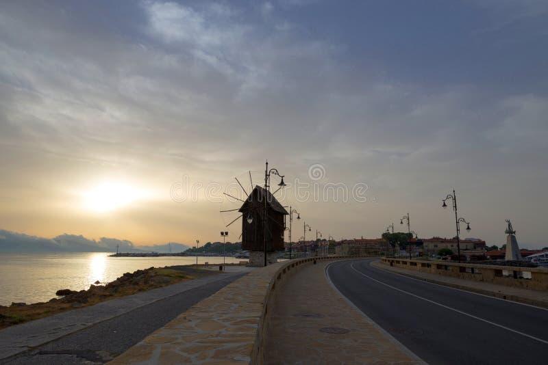 NESSEBAR BULGARIEN, JUNY 20, 2016: stad av Nessebar gammal windmill royaltyfri foto
