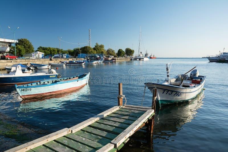 NESSEBAR, BULGARIJE, 14 AUGUSTUS, 2016: Oude houten vissersboten in haven van Nessebar, oude stad op de kust van de Zwarte Zee va stock foto's