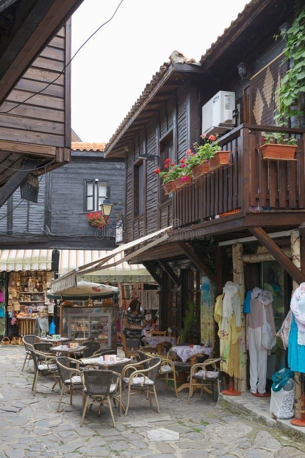 NESSEBAR, BULGARIJE, JUNY 18, 2016: comfortabele koffie op stille stratenstad van Nessebar stock foto's