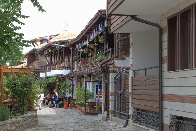NESSEBAR, BULGARIJE, JUNY 18, 2016: De straten van de oude stadstoevlucht van Nessebar in Bulgarije zijn volledig van toerist tij stock fotografie