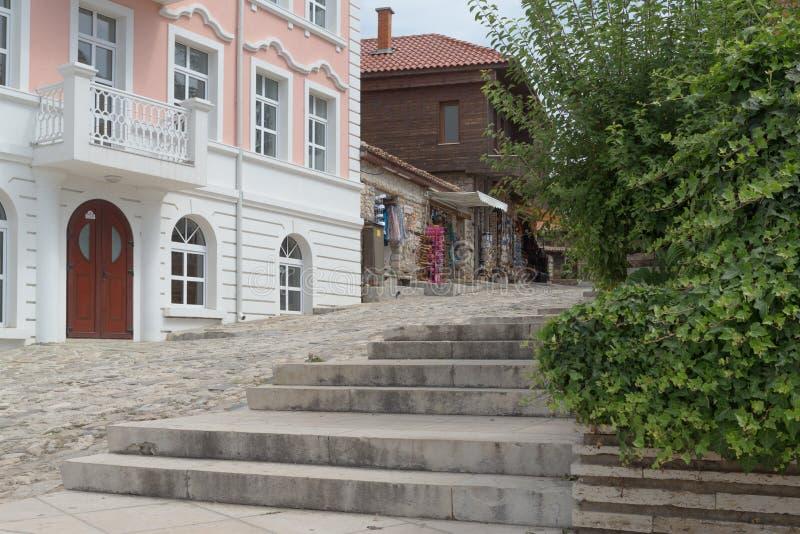 NESSEBAR, BULGARIJE, JUNY 18, 2016: De straten van de oude stadstoevlucht van Nessebar in Bulgarije zijn volledig van toerist tij stock afbeeldingen