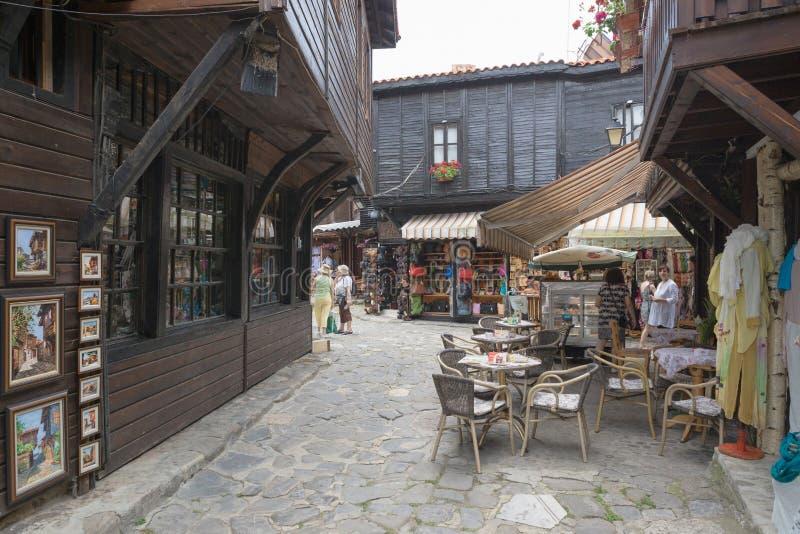 NESSEBAR, BULGARIJE, JUNY 18, 2016: de toeristen bezoeken de herinnering s stock afbeeldingen
