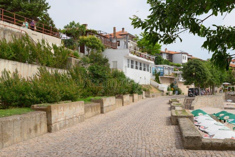 NESSEBAR, BULGARIJE, JUNY 18, 2016: Nessebarpromenade met comfortabele koffie en kleine stranden stock afbeeldingen