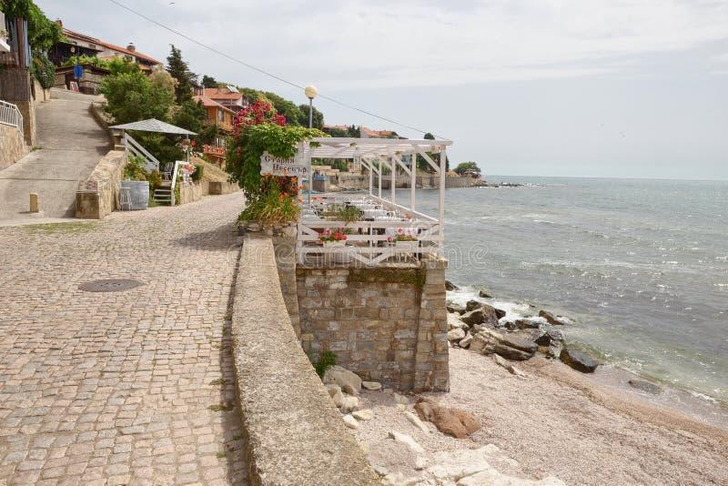 NESSEBAR, BULGARIJE, JUNY 18, 2016: Nessebarpromenade met comfortabele koffie en kleine stranden stock afbeelding