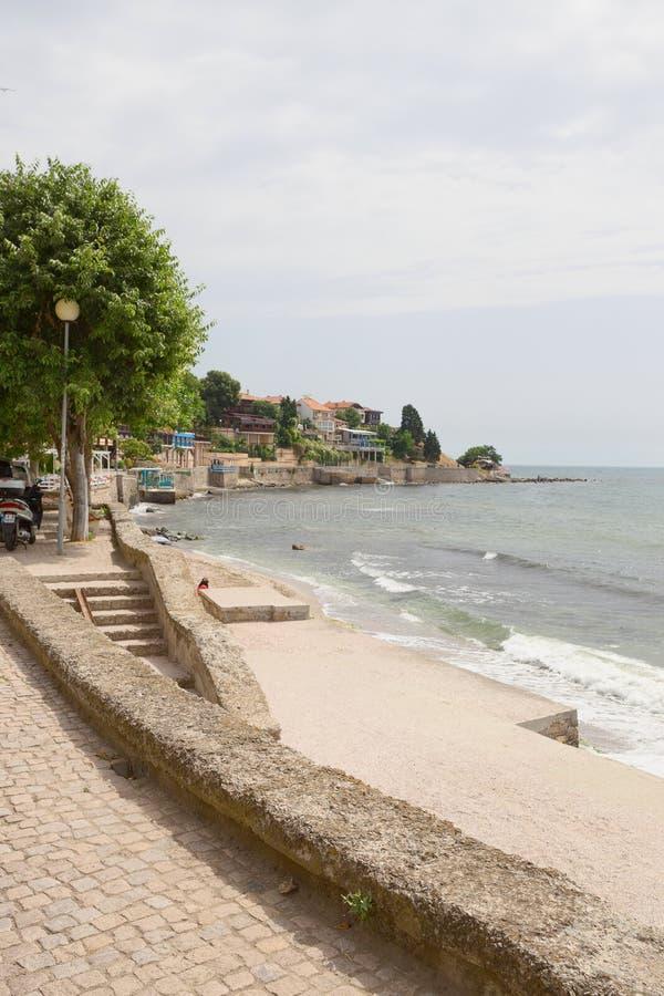 NESSEBAR, BULGARIJE, JUNY 18, 2016: Nessebarpromenade met comfortabele koffie en kleine stranden royalty-vrije stock afbeeldingen