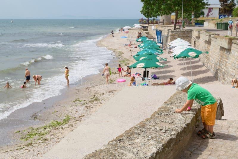 NESSEBAR, BULGARIJE, JUNY 18, 2016: Nessebarpromenade met comfortabele koffie en kleine stranden royalty-vrije stock foto