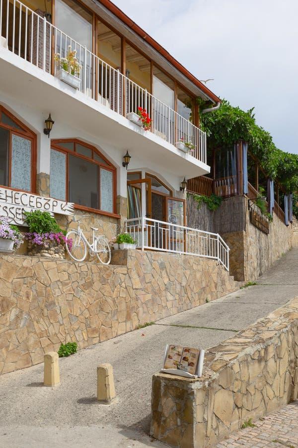 NESSEBAR, BULGARIJE, JUNY 18, 2016: Nessebarpromenade met comfortabele koffie en kleine stranden royalty-vrije stock afbeelding