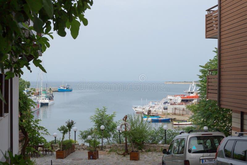 NESSEBAR, BULGARIJE, JUNY 20, 2016: stad van Nessebar comfortabele haven met kleine vissersboten royalty-vrije stock foto